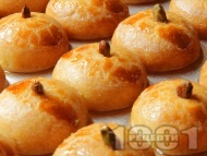 Класически турски десерт Шекерпаре с грис и шам фъстък